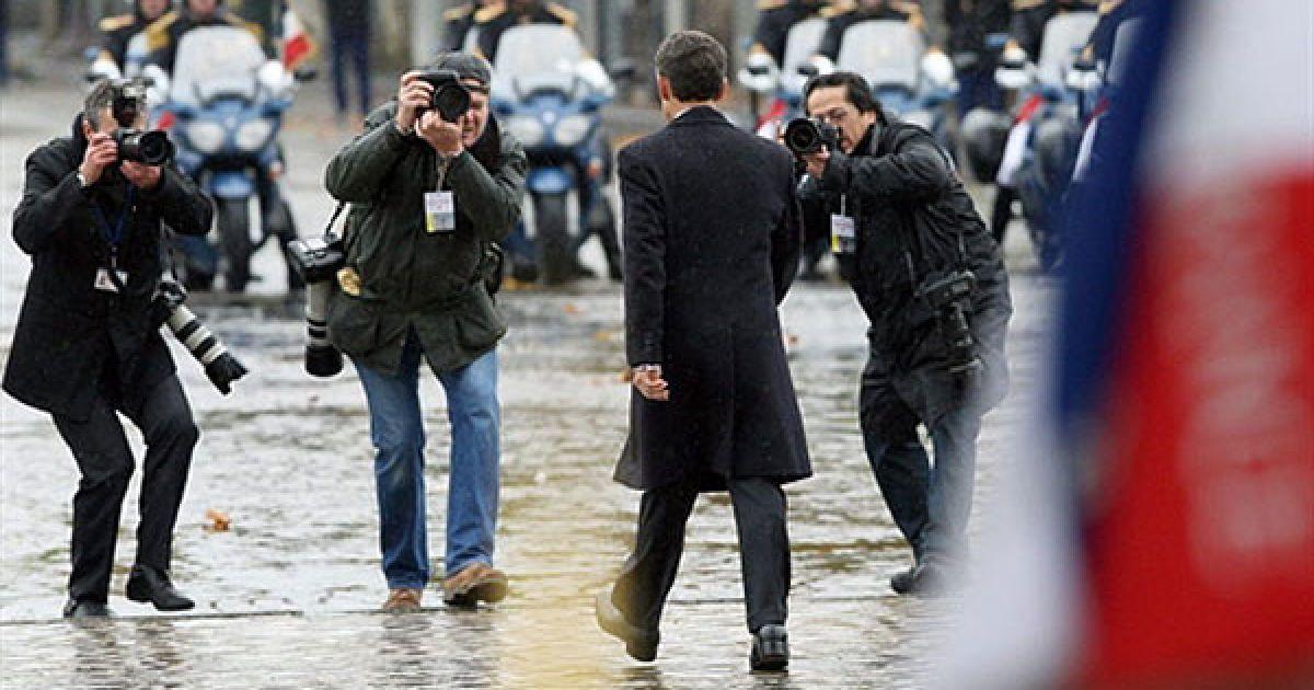 Франція, Париж. Французький президент Ніколя Саркозі йде повз Тріумфальну арку в Парижі після відвідин церемонії на честь Дня перемир'я і відзначення 92-ої річниці з дня закінчення Першої світової війни. @ AFP