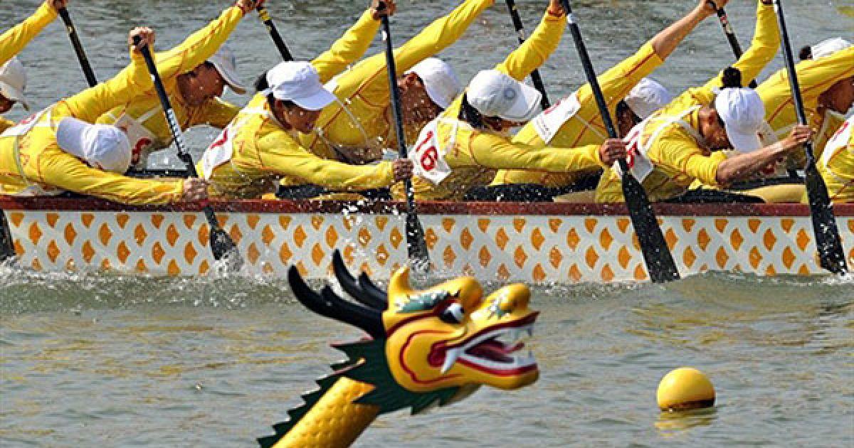 Китай, Гуанчжоу. Китайська жіноча збірна з перегонів на човнах-драконах перемогла у змаганнях на Азіатських іграх у Гуанчжоу. Срібло і бронзу завоювали Індонезія і Таїланд. @ AFP