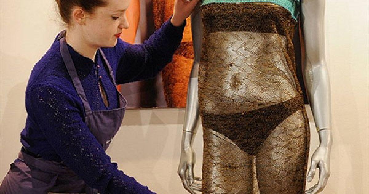 Великобританія, Лондон. Прозору сукню, в якій Кейт Міддлтон привернула до себе увагу принца Вільяма під час благодійного показу мод в університеті Сент-Ендрюс у 2002 році, виставили на аукціон і очікують отримати за неї до 16 тисяч доларів США. @ AFP
