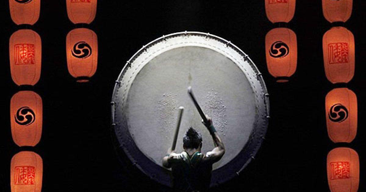 """Франція, Париж. Учасник шоу """"Японські барабанщики Ямато"""" бере участь у репетиції шоу напередодні виступу в Парижі. @ AFP"""
