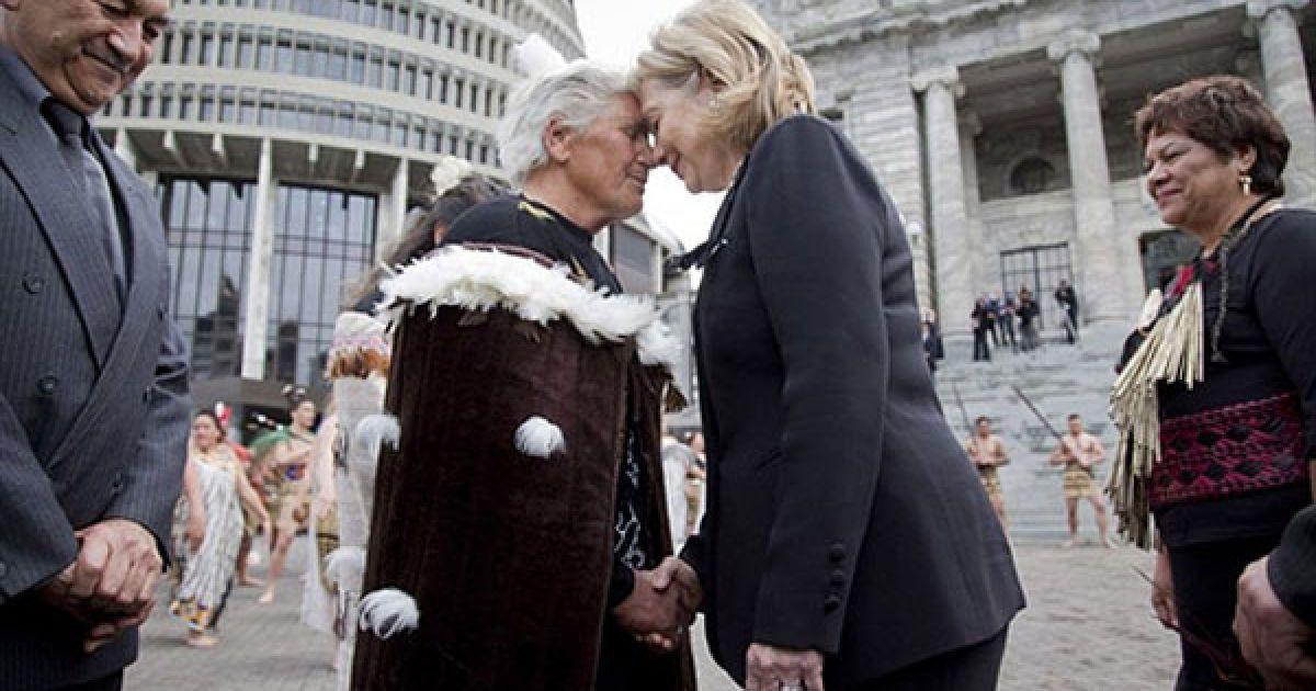 Нова Зеландія. Державний секретар США Гілларі Клінтон зустрічається з Роуз Парей, старійшиною парламенту Нової Зеландії, під час візиту до парламенту у Веллінгтоні. Клінтон відвідала Нову Зеландію для підписання угоди, яка відзначає відлигу у відносинах між країнами після сварки через ядерну зброю, що тривала протягом чверті століття. @ AFP