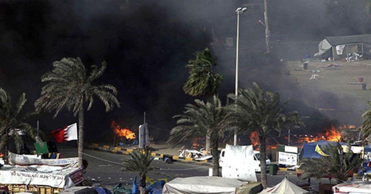 Військові знищили наметовий табір демонстрантів, закидуючи їх гранатами зі сльозогінним газом. @ AFP