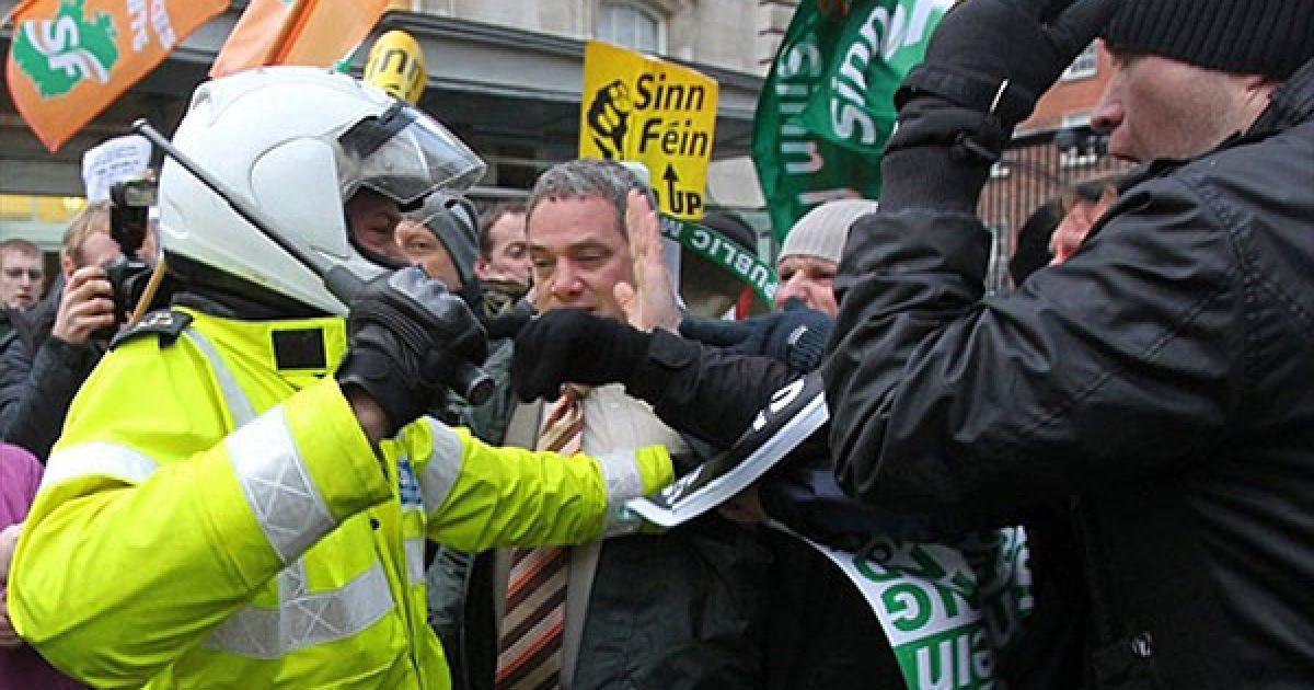 Ірландія, Дублін. Ірландський поліцейський стримує протестуючих, які намагаються пробитися крізь кордон, виставлений перед офісом ірландського прем'єр-міністра у Дубліні. @ AFP