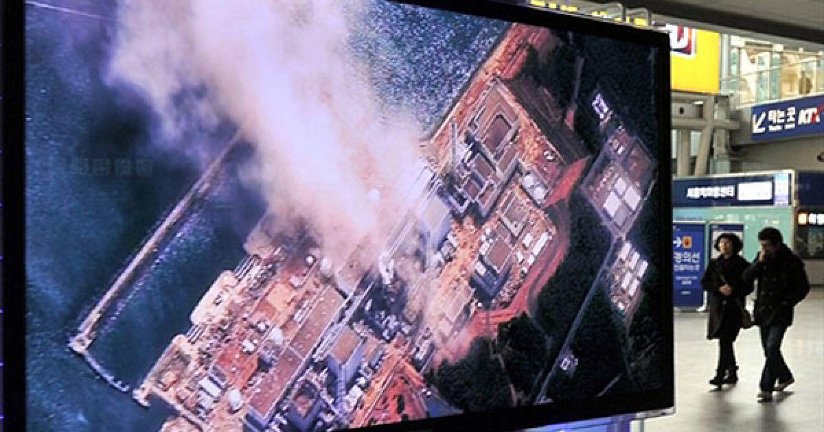 """У ніч на середу в результаті серії вибухів і пожеж на реакторах станції, радіаційний фон поблизу """"Фукусіма-1"""" досяг значення 10 мілізіверт на годину @ AFP"""