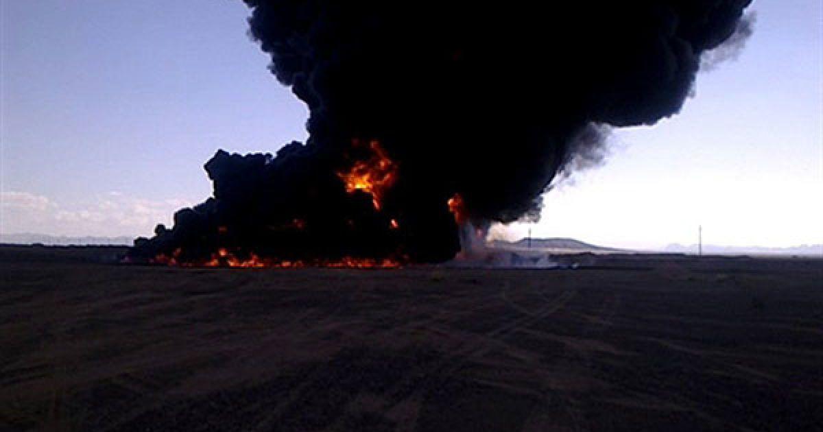 Ємен. Чорний дим здіймається над нафтопроводом у місті Аль-Шубайках, у вибуху на якому звинувачують Аль-Каїду. @ AFP