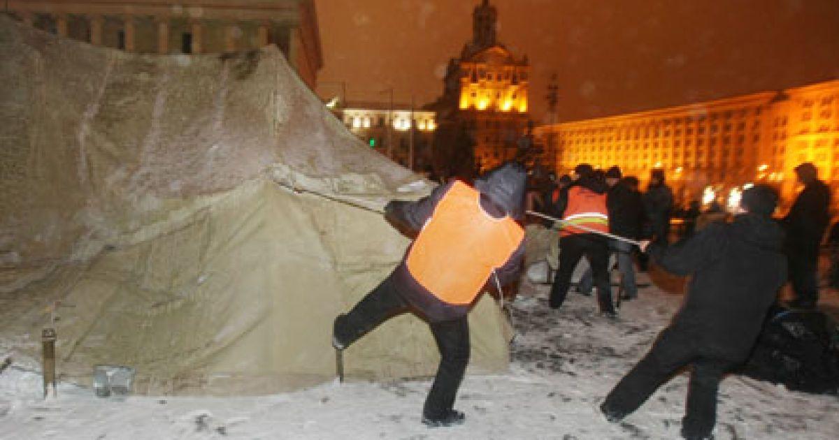 Демонтаж наметового містечка на Майдані @ УНІАН