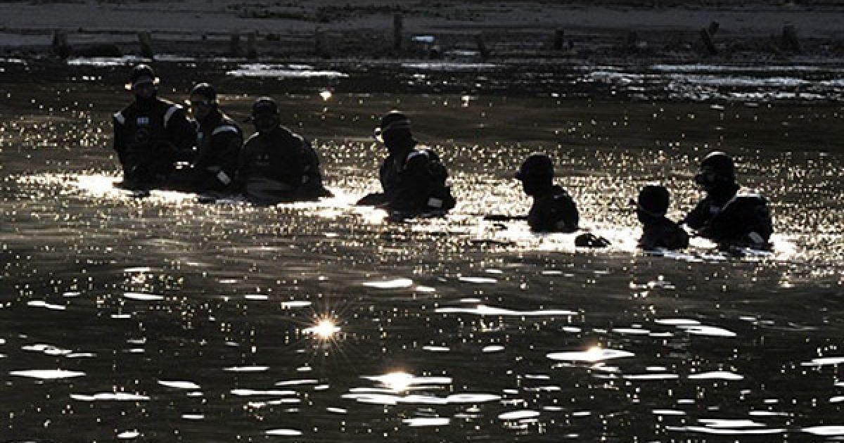 Республіка Корея, Сеул. Південнокорейські поліцейські перевіряють річку Хан напередодні саміту G20, який почався в Сеулі. Начальник поліції Південної кореї заявив, що Північна Корея може спробувати зірвати збори світових лідерів, які мають відбутися в Сеулі 11-12 листопада. @ AFP