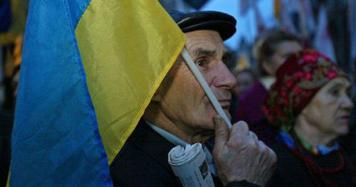 """До акції приєднався також літній чоловік із плакатом """"Найгірші правителі в історії України: Ленін. Сталін, Янукович"""". @ УНІАН"""