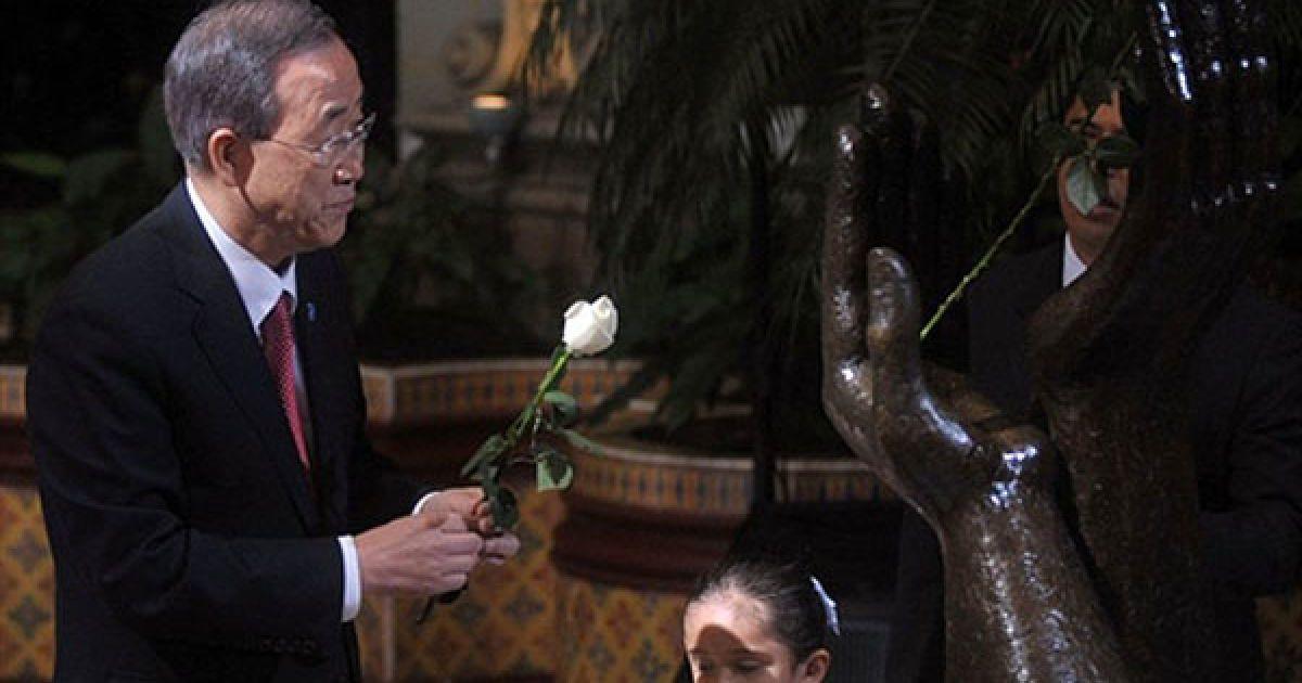 """Гватемала, Гватемала Сіті. Генеральний секретар ООН Пан Гі Мун бере участь у церемонії """"заміни троянди"""" в Палаці культури міста Гватемала. @ AFP"""
