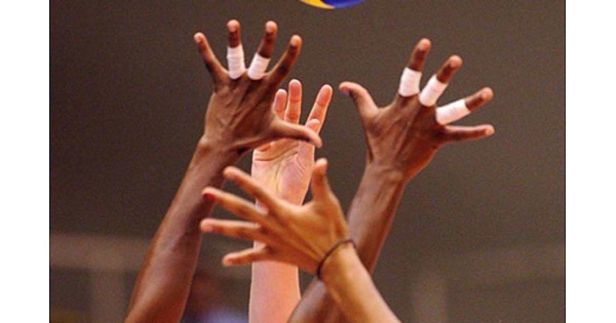 Японія, Мацумото. Американська волейболістка Хізер Боун намагається переграти кубінську спортсменку Кенію Каркасес під час матчу між збірними США і Куби н Чемпіонаті світу з волейболу серед жінок. @ AFP