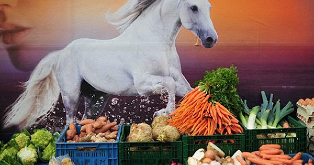 Німеччина, Берлін. Рекламний стенд над ринком, де продають органічні овочі. @ AFP