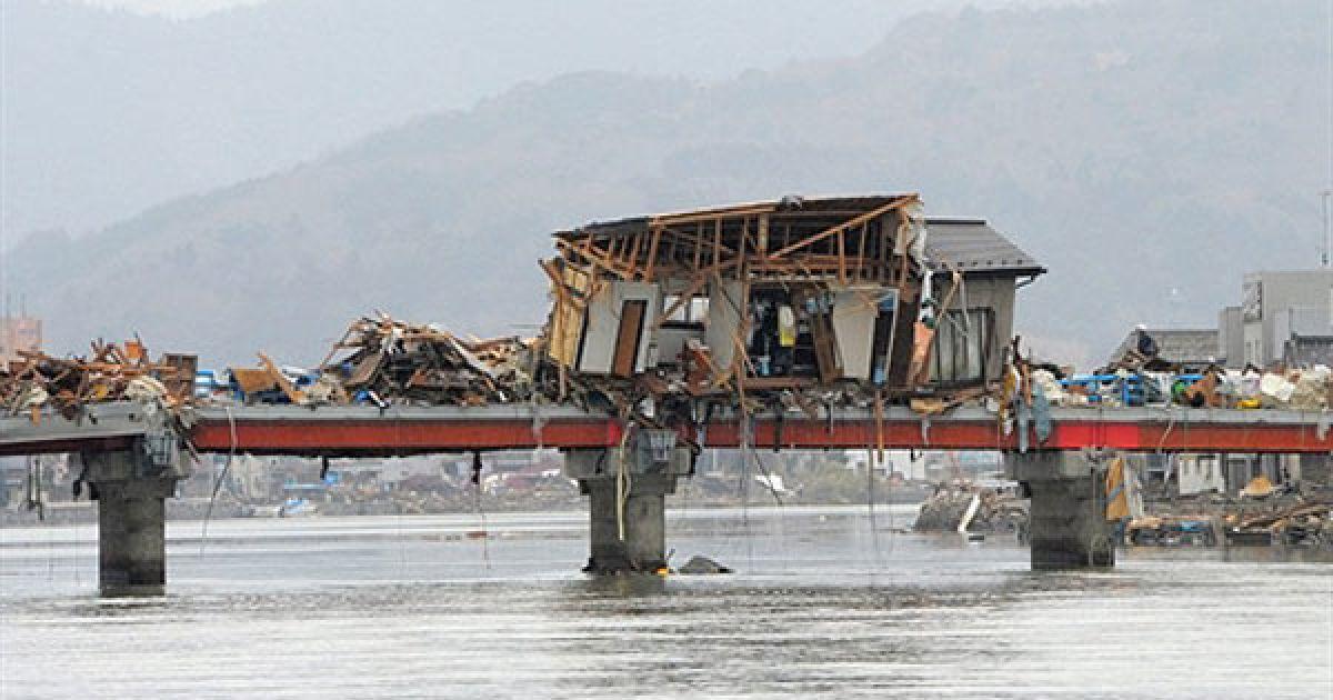 На північний схід Японії обрушилося гігантське цунамі: хвилі заввишки до 10 метрів зносили все на своєму шляху @ AFP