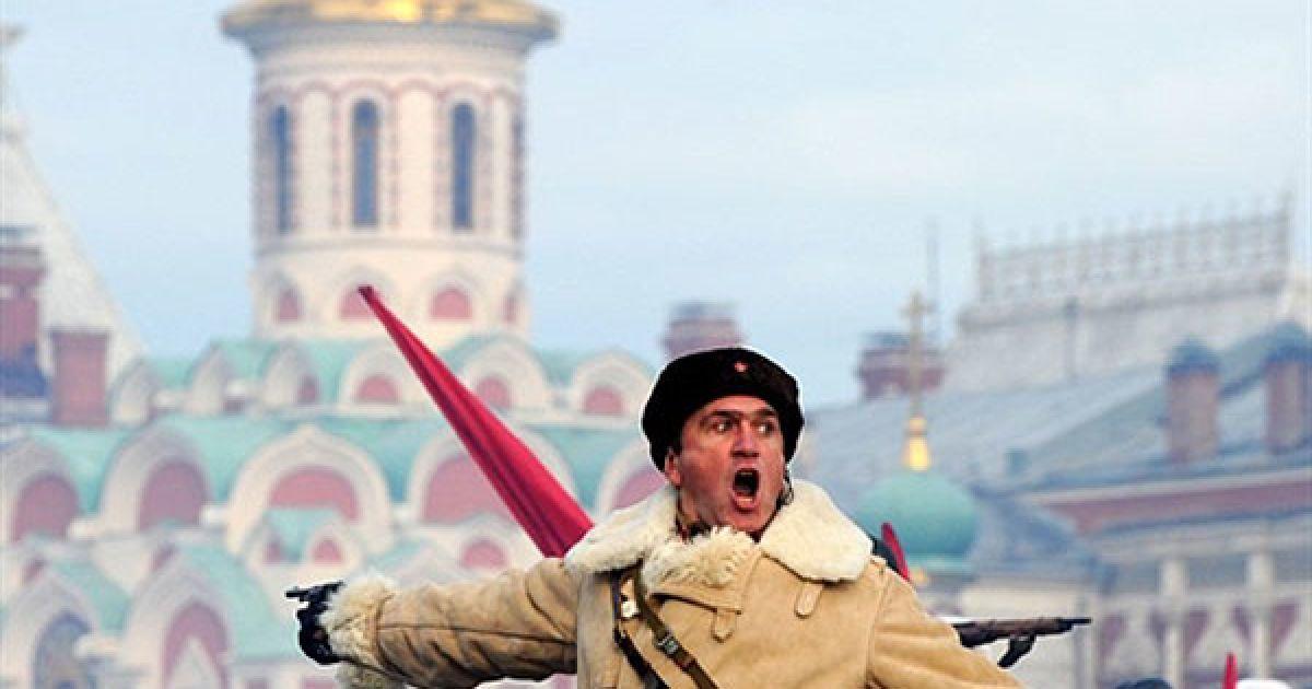 Росія, Москва. Російський солдат у радянській військовій формі часів Другої світової війни бере участь у параді на Красній площі в Москві. В Москві провели парад, присвячений відтворенню подій 7 листопада 1941 року, коли війська рушили на фронт прямо з Красної площі на боротьбу із фашистськими військами. @ AFP