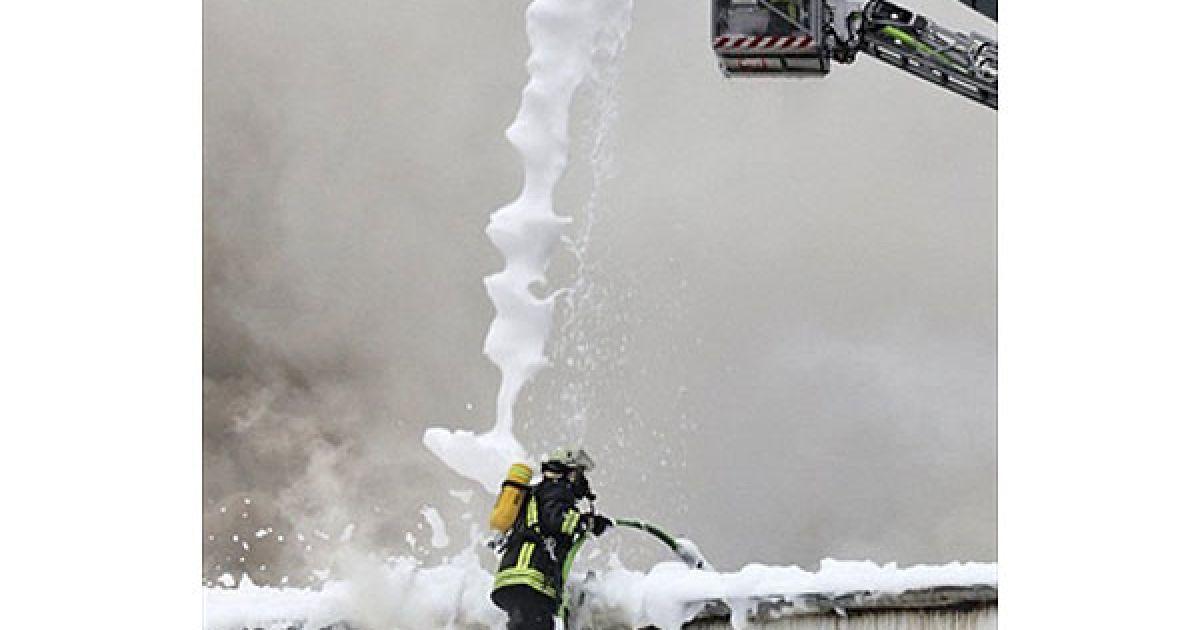 Німеччина, Кіль. Пожежні використовують пожежну піну, щоб загасити пожежу в магазині автомобільних фарб у північному німецькому місті Кілі. Причину пожежі досі не з'ясували. @ AFP