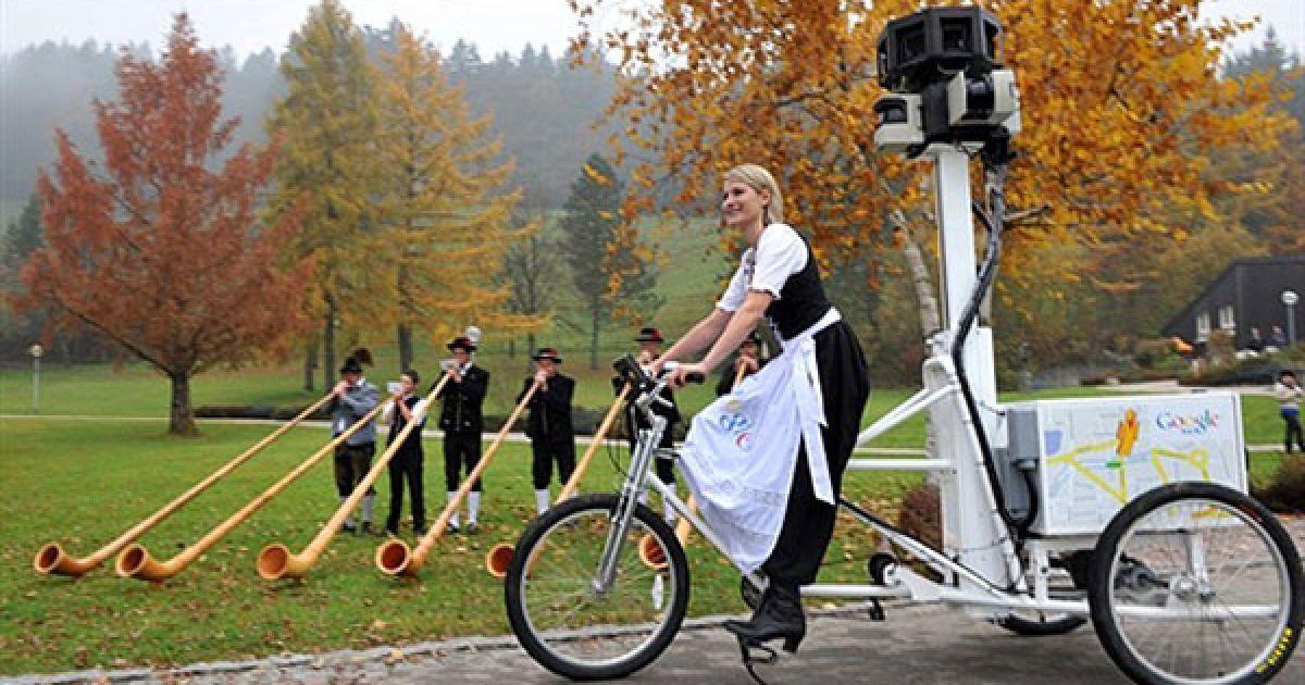 """Німеччина, Оберштауфен. Начальник міського департаменту туризму Бьянка Кейбах їде на мотодельтаплані, оснащеному камерами """"Google Street View"""", у міському парку. @ AFP"""