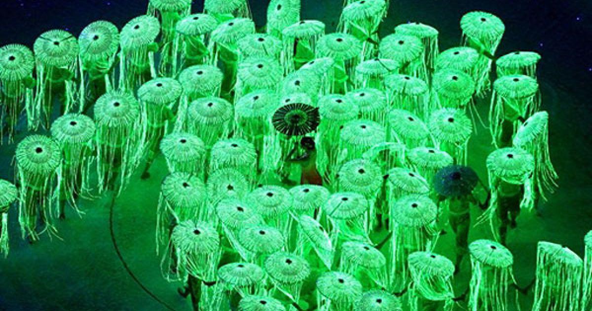 Китай, Гуанчжоу. Виконавці танцю з парасольками під час репетиції церемонії відкриття 16-их Азіатських ігор у Гуанчжоу. @ AFP