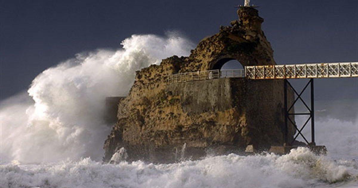 """Франція, Біарріц. Гігантські хвилі накривають """"Ле Роше-де-ла Вьерж"""" біля берегів Біарріц на південному заході Франції. @ AFP"""