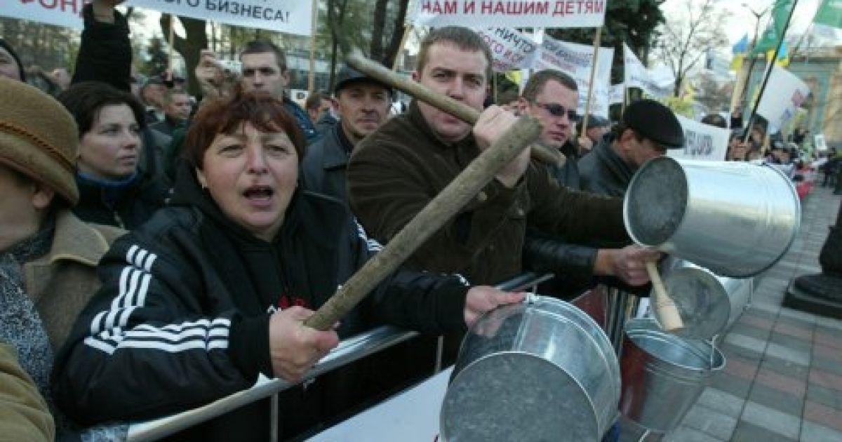 """Мітингувальники вимагають прийняти справедливий Податковий кодекс, а також провести """"чесну пенсійну реформу"""". @ УНІАН"""