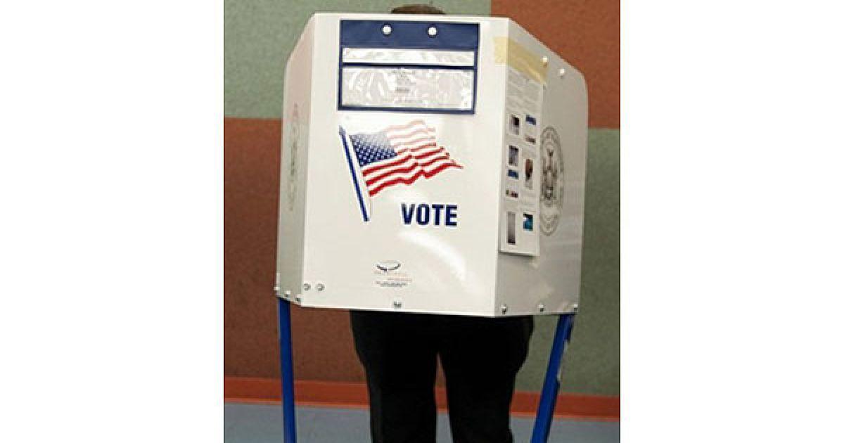 США, Нью-Йорк. Виборець стоїть у кабінці на виборчій дільниці у суспільній школі в Нью-Йорку. За даними попередніх опитувань, на проміжних виборах у США мають виграти республіканці. @ AFP