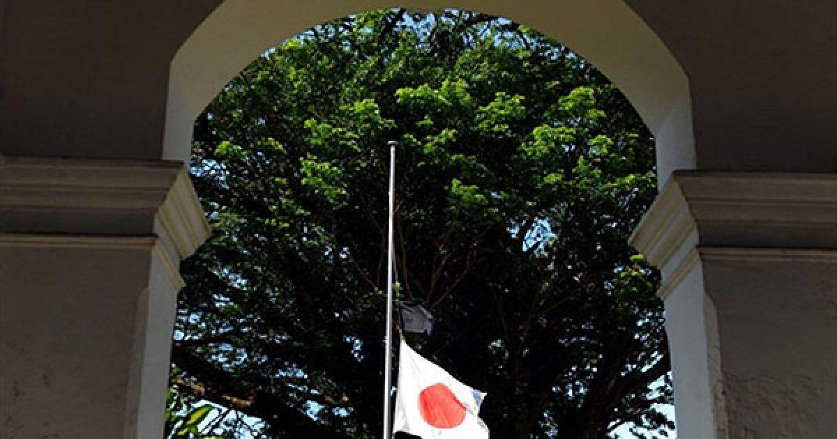 Шрі-Ланка, Коломбо. Чорний прапор вивішено поруч із японським прапором перед японським посольством у місті Коломбо. Президент Шрі-Ланки запропонував Японії фінансову допомогу в розмірі 1 млн доларів та аварійно-рятувальну команду. @ AFP