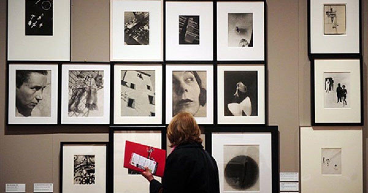 """Німеччина, Берлін. Жінка роздивляється фотографії угорського художника і фотографа Ласло Могой-Надя на виставці """"Мистецтво світла"""", яка проходить у залі Мартін Гропіус Бау в Берліні. @ AFP"""