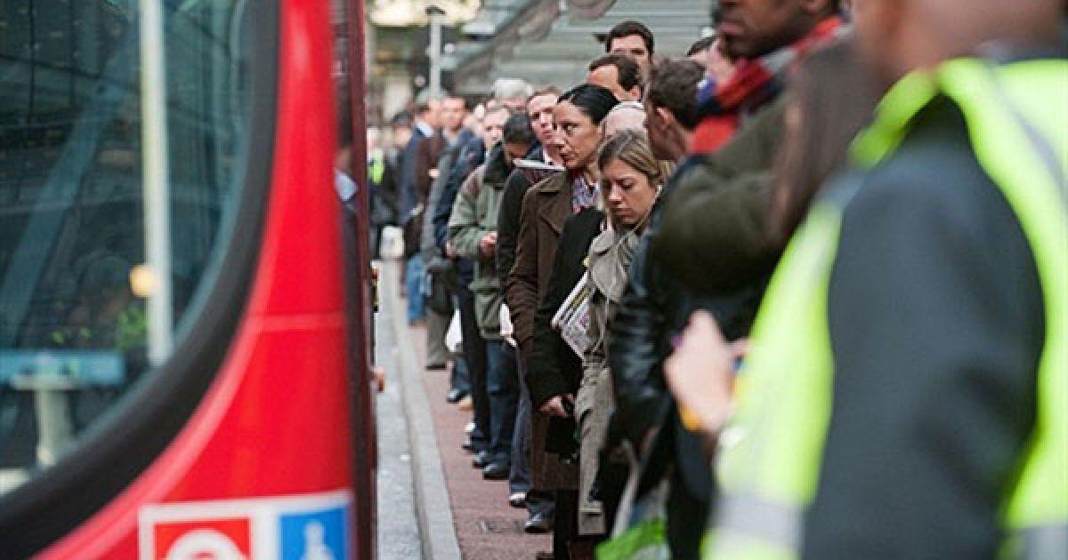 Великобританія, Лондон. Пасажири стоять в черзі на автобуси поруч із залізничним вокзалом Вікторія у центрі Лондона. Мільйони пасажирів у Лондоні постраждали від 24-годинного страйку, який влаштував персонал підземки. @ AFP