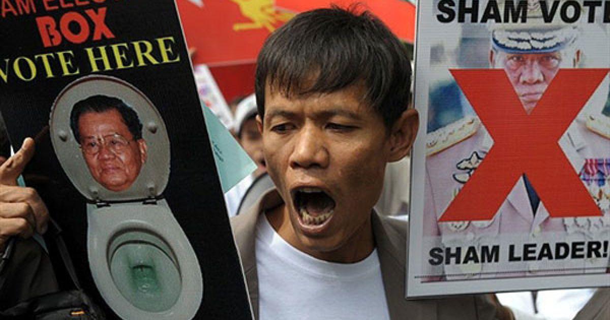 Таїланд, Бангкок. Політичні активісти вигукують гасла під час акції протесту проти майбутніх виборів та військової хунти у М'янмі. Політична партія, яка представляє військовий режим у Мьянмі, звинувачує членів опозиції у шахрайстві напередодні перших виборів у країні. @ AFP