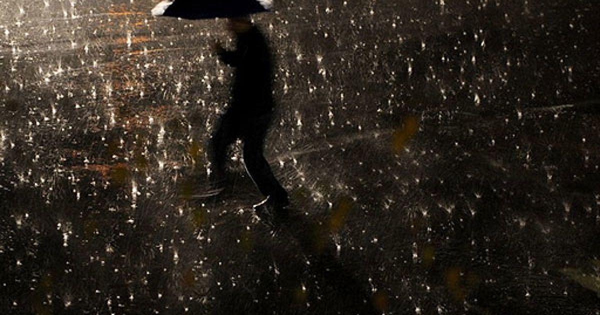 Сербія, Пріштіна. Чоловік із парасолькою йде під час сильного дощу вулицею міста Пріштіна, Косово. @ AFP