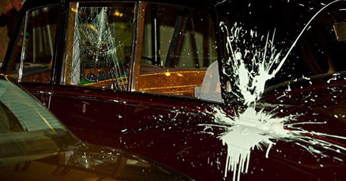 """Великобританія, Лондон. Розбите вікно і заляпане фарбою скло автомобіля, на якому британський принц Чарльз і герцогиня Корнуольська Камілла прибули театру """"Лондон палладіум"""". Протестувальники здійснили напад на автомобіль під час студентської демонстрації у Лондоні. @ AFP"""