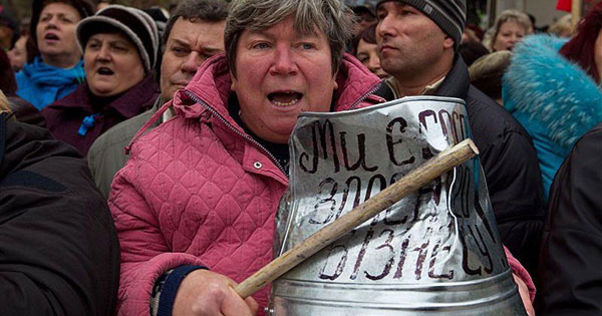 Підприємці закидали площу перед будівлею парламенту рулонами туалетного паперу @ PHL.com.ua