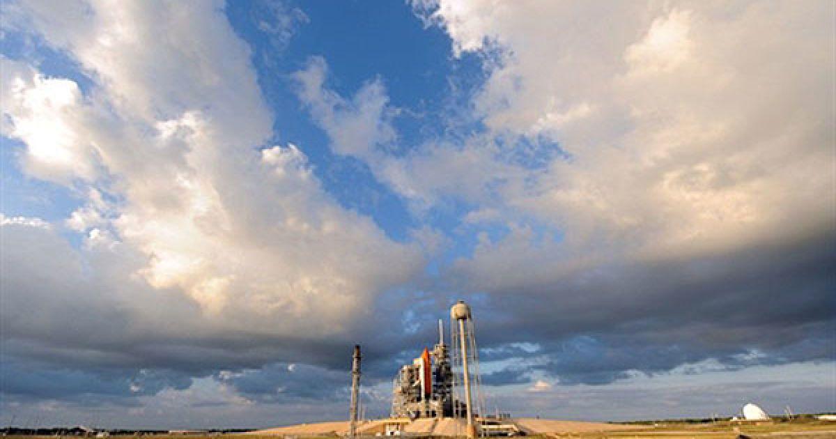 США, космічний центр Кеннеді. Шатл Discovery, встановлений на майданчику 39А у космічному центрі Кеннеді, штат Флорида, готують до запуску, запланованого на 3 листопада. @ AFP