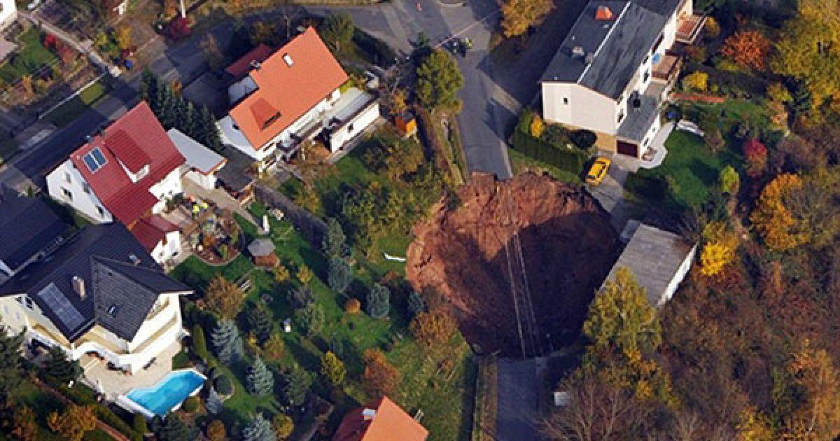 Німеччина. Вид згори на провалля, яке утворилося у місті Шмалькальден, Східна Німеччина. 25 місцевих жителів було евакуйовано, в результаті інциденту ніхто не постраждав. @ AFP
