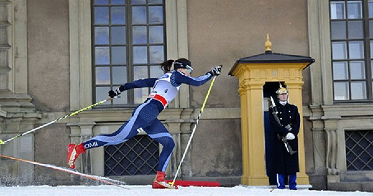 Швеція, Стокгольм. Фінський спортсмен Айно Кайса Саарінен проїжджає повз почесну охорону Королівського палацу під час кваліфікаційної гонки на Кубку світу Royal Palace Sprint. @ AFP
