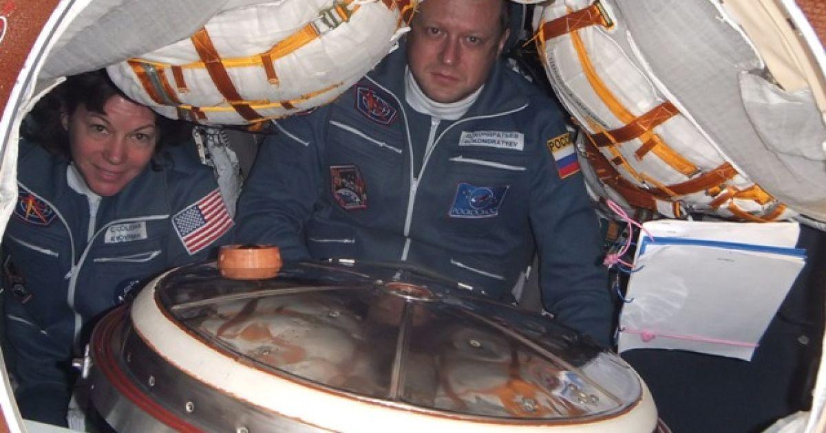 На фотографіях зображені види Землі з космосу, а також моменти з життя екіпажу. @ roscosmos.ru