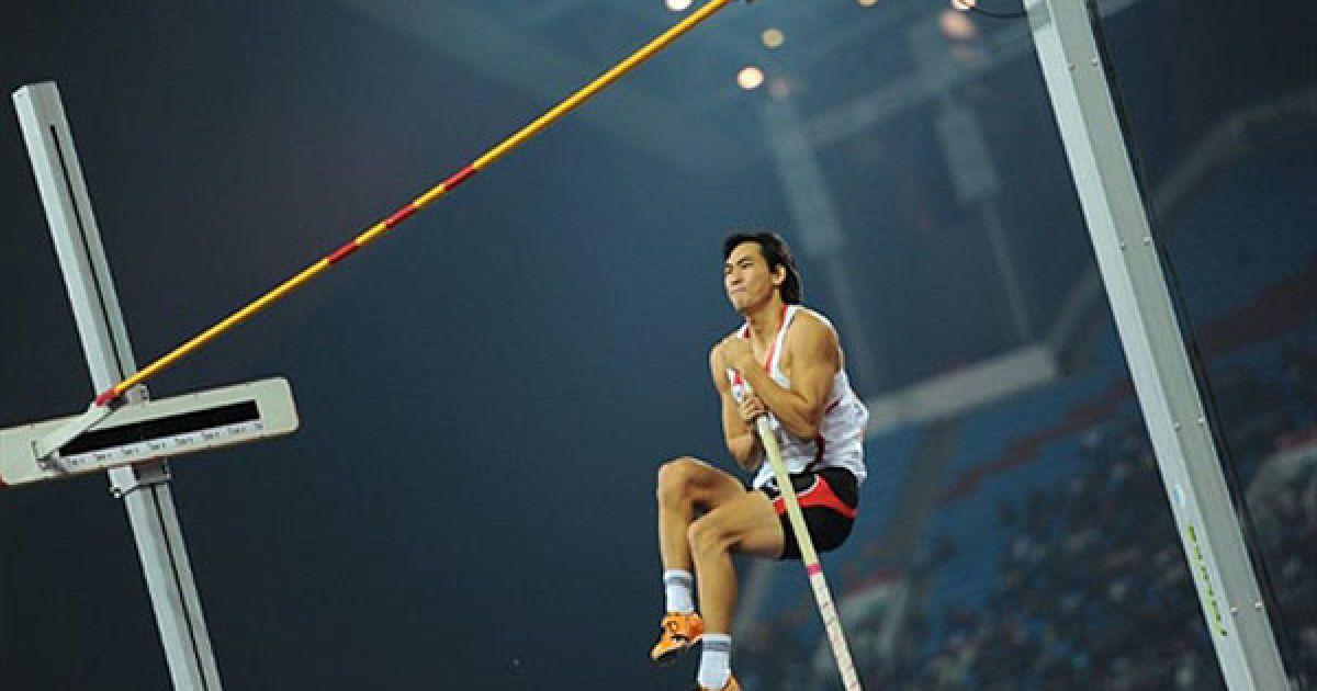 Китай, Гуанчжоу. Південнокорейський легкоатлет Кім Ю Сук не зміг взяти висоту у фіналі змагань зі стрибків з жердиною на Азіатських іграх в Гуанчжоу. @ AFP