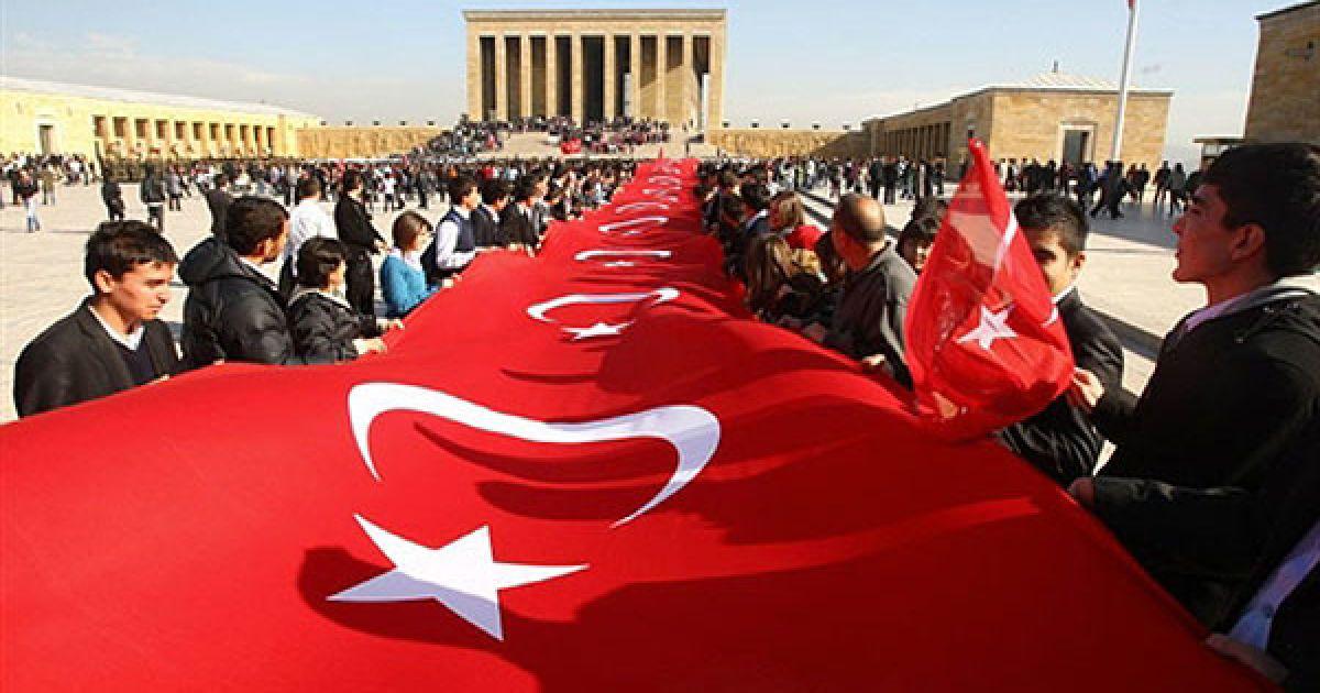 Туреччина, Анкара. Люди тримають національний прапор Туреччини перед мавзолеєм Мустафи Кемаля Ататюрка під час відзначення 72-ї річниці його смерті. Ататюрка, який оголосив сучасну Туреччину у 1923 році на руїнах Османської імперії, вважають національним героєм і вшановують до цього дня. @ AFP