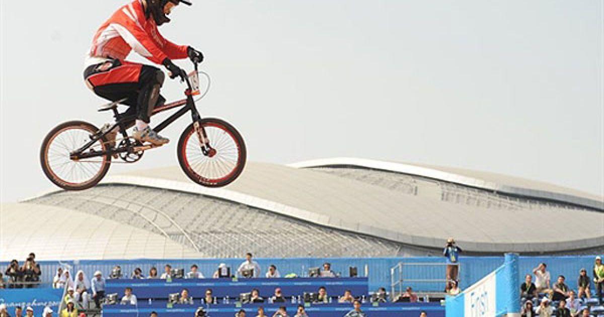 Китай, Гуанчжоу. Японський спортсмен Акіфумі Сакамото бере участь у фінальних змаганнях з BMX серед чоловіків Азіатських іграх у Гуанчжоу. @ AFP