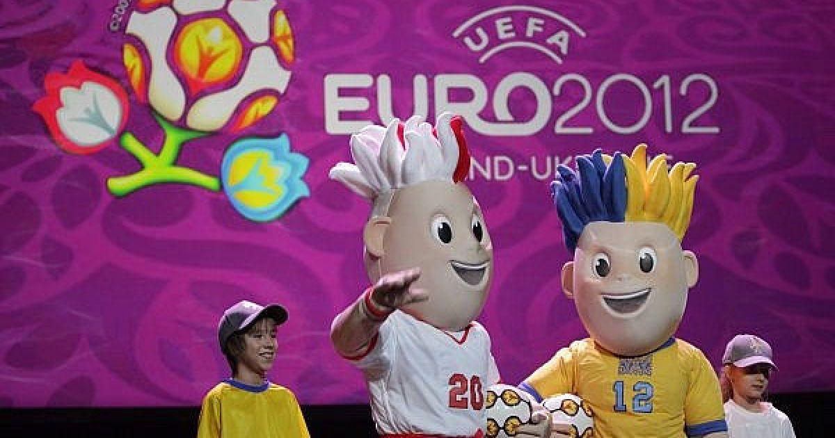 Зачіски обох близнюків-талісманів також виконані в національних кольорах. @ ukraine2012.gov.ua