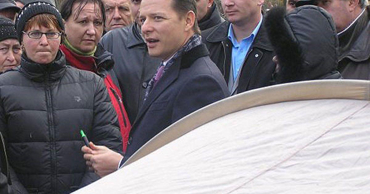 Народний депутат Олег Ляшко підписав своєю власністю намет учасників акції протесту з вимогою накласти мораторій на розгляд урядового проекту Податкового кодексу біля будівлі Верховної ради @ УНІАН