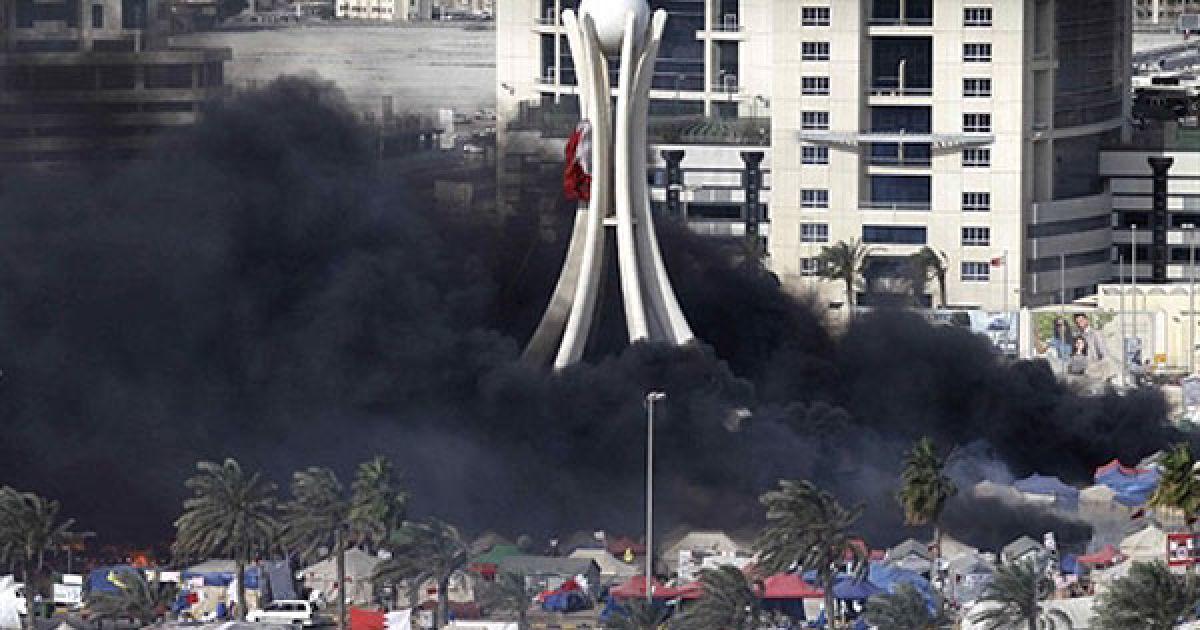 Бахрейн, Манама. Поліція розгромила табор демонстрантів на Перлиновій площі у Манамі та закидала мітингувальників гранатами зі сльозоточивим газом. Двоє людей загинули, десятки отримали поранення під час розгону мирної акції протесту опозиції. @ AFP