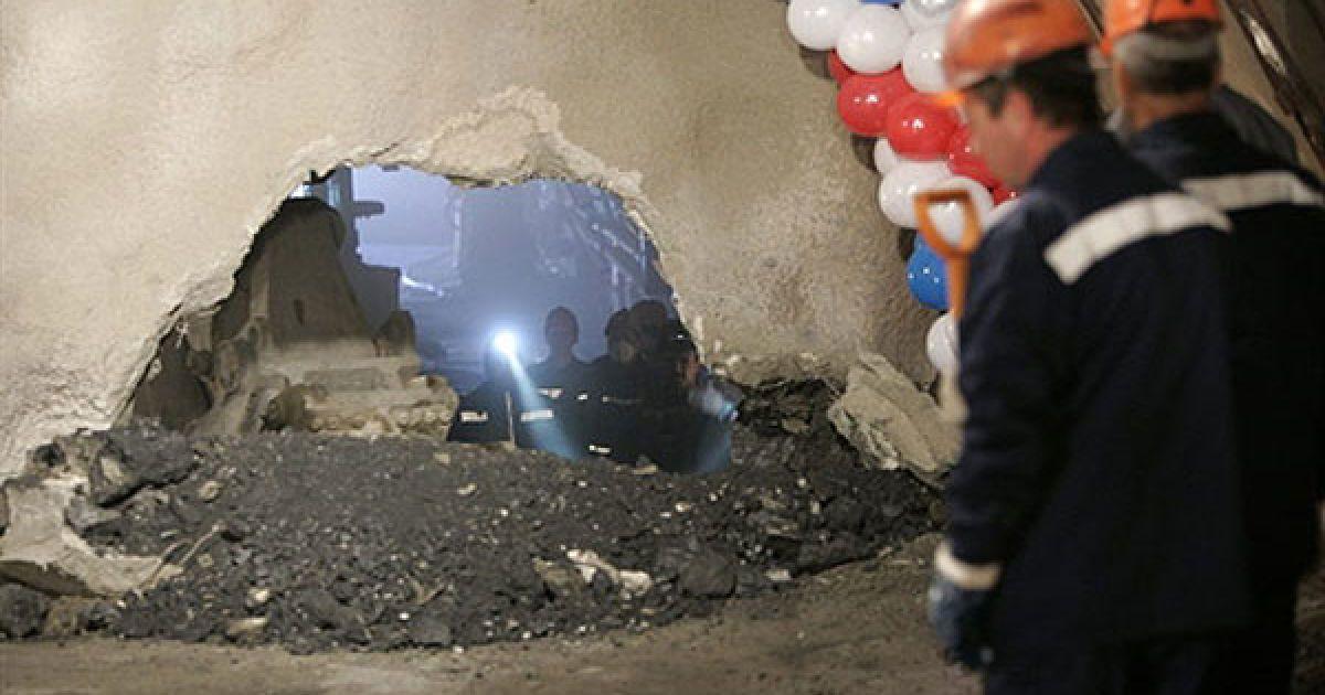 """Росія, Сочі. Завершено прокладання тунелю, яким пройдуть автомобільна та залізнична дороги від Адлера до гірськолижного курорту """"Альпіка-Сервіс"""". Тунель використовуватимуть під час Олімпіаді-2014, яка пройде у курортному місті Сочі на березі Чорного моря. @ AFP"""