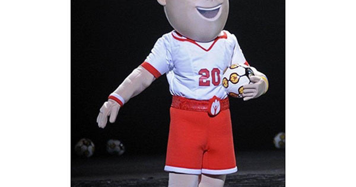 Польський футболіст одягнений в білу футболку та червоні шорти @ AFP