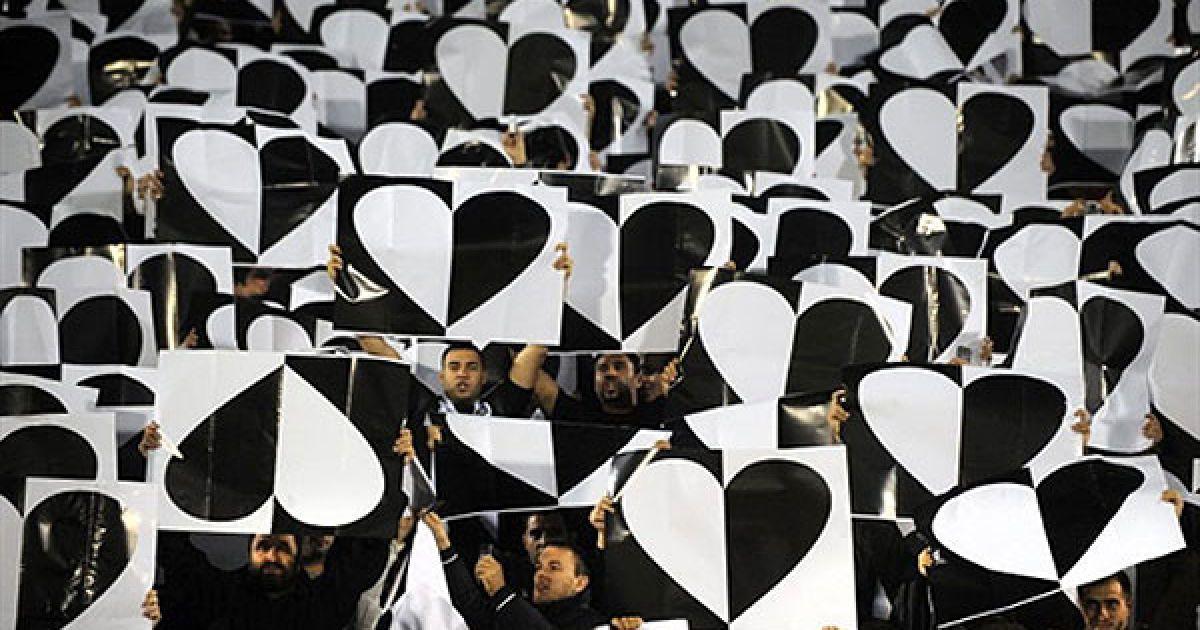 """Сербія, Белград. Прихильники """"Партизана"""" (Бєлград) тримають плакати із зображенням сердець під час матчу Ліги Чемпіонів УЄФА """"Патризан""""-""""Брага"""". @ AFP"""