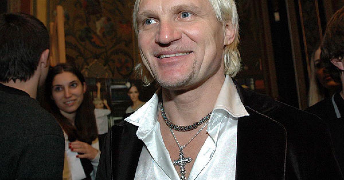 Олег Скрипка пришел на открытие выставки с красивым крестиком, хотя на фото снимался в крестике дизайнера. @ ТСН.ua