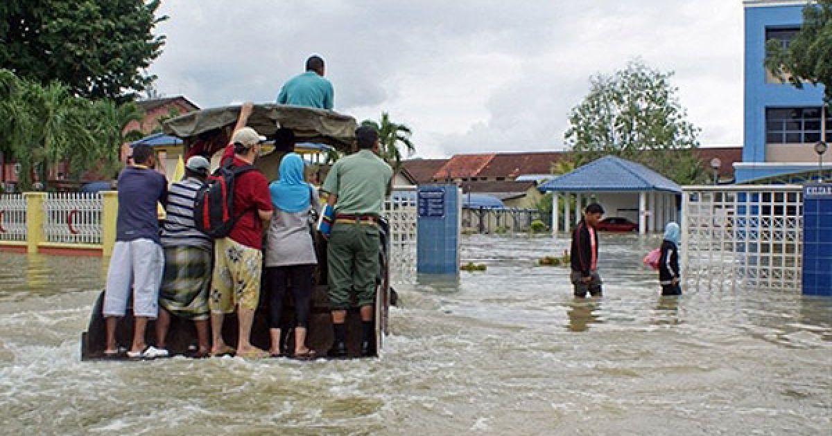 Малайзія, Кангар. Мешканці на вантажівці переміщаються затопленим містом Кангар у північній провінції Малайзії. Більше 6 тисяч людей були евакуйовані з провінції, яка потерпає від повені. @ AFP