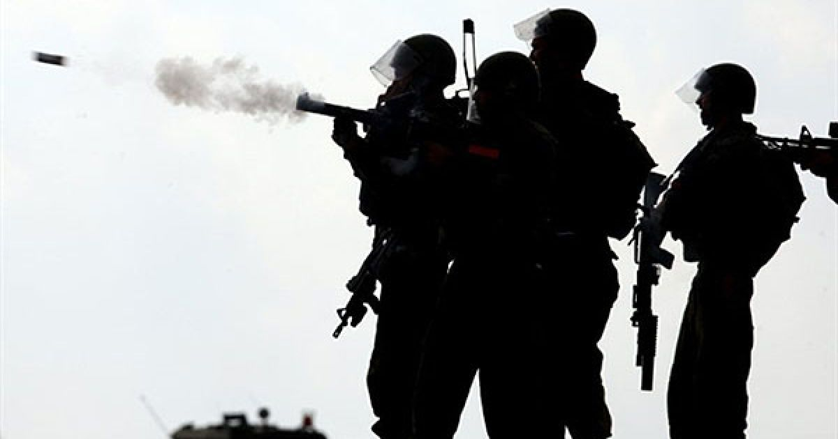 Білин. Ізраїльські солдати стріляють сльозоточивим газом у протестуючих під час демонстрації в селі Білин на Західному березі. Акцію протесту проти встановлення розділового бар'єру Ізраїль. Крім того, мітингувальники вимагали звільнення арештованого ізраїльською владою палестинського активіста Абдалли Абу Рахма. @ AFP