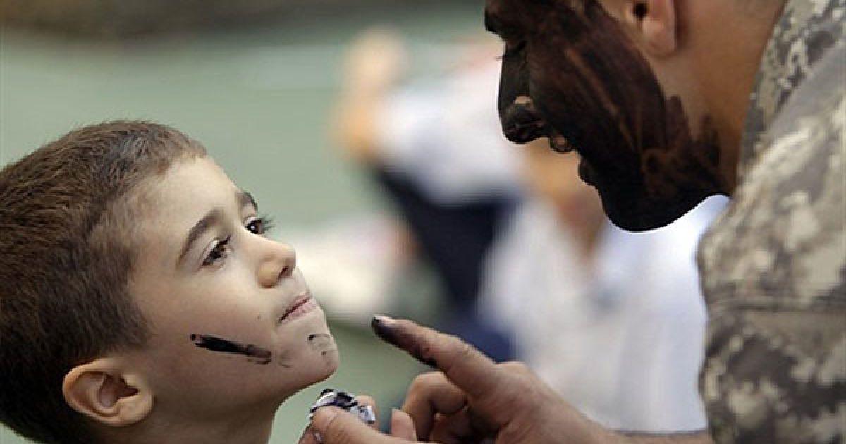 Ліван, Джун. Ліванський десантник наносить камуфляжну фарбу на обличчя учня під час показових виступів, які провели у школі в місті Джун. 22 листопада Ліван відзначатиме День незалежності. @ AFP