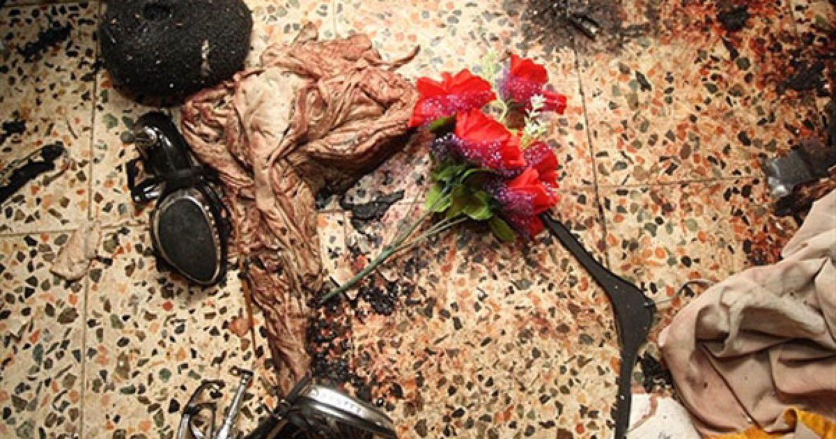 Ірак, Багдад. Взуття і закривавлена сорочка лежить на підлозі кімнати священика у католицькому соборі Саїдат аль-Неджат в центрі Багдада. Американські та іракські війська здійснили штурм собору, щоб звільнити десятки заручників після атаки Аль-Каїди, в результаті якої загинули 46 віруючих. @ AFP
