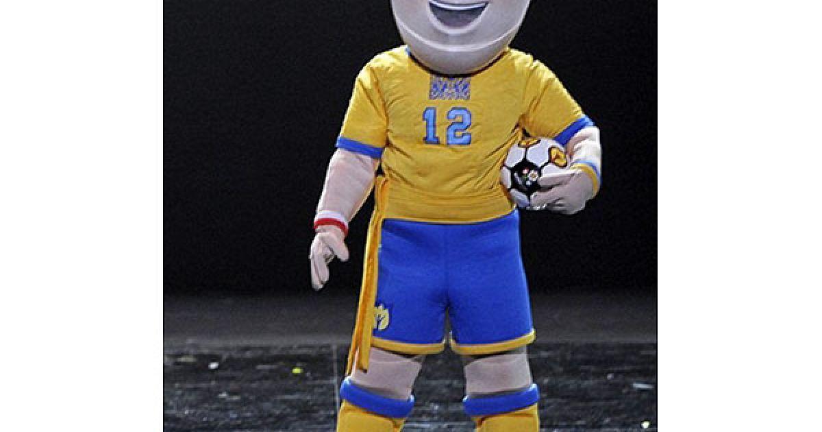 Український футболіст – в жовту футболку та сині шорти. @ AFP
