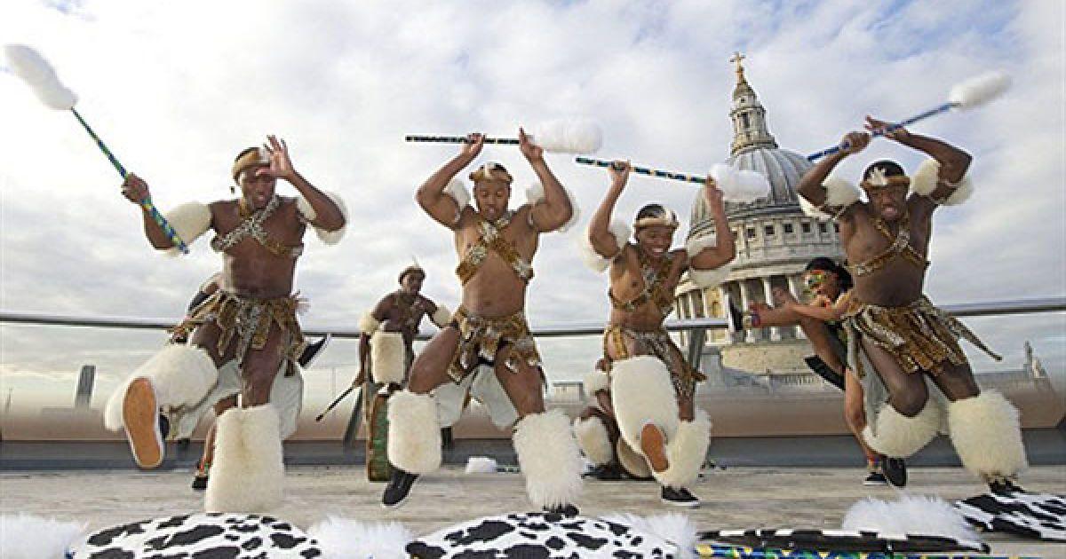 """Великобританія, Лондон. Група """"воїнів зулу"""", які є членами театру """"Велика нація Зулу"""", виконують традиційний танок перед собором Святого Павла у Лондоні на честь інавгурації Олдермана Майкла Беара, який займе пост лорд-мера Лондона 12 листопада. @ AFP"""
